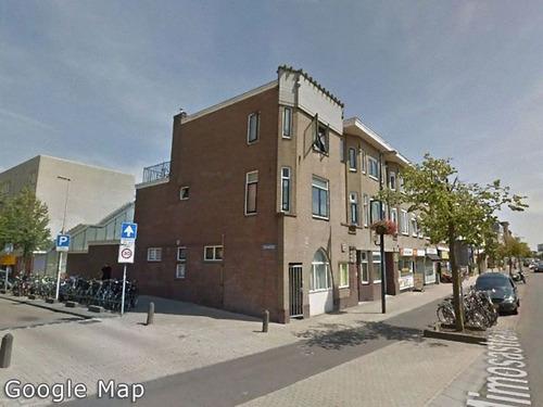 オランダのアパートが本棚に00