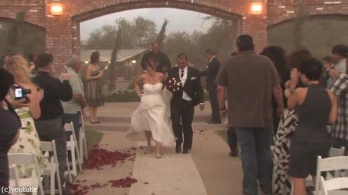 結婚式の愛の誓いのときに強烈な嵐18