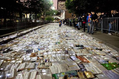 トロントの大通りを本が埋め尽くす01