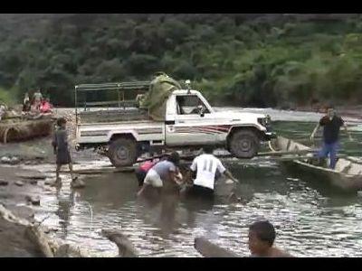 車を小船で運搬