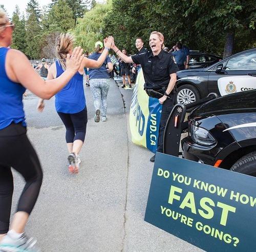 カナダのフルマラソンで警察が止まって応戦するとき01