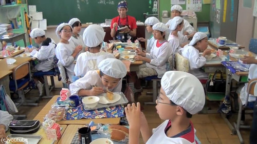 日本の給食風景をみた海外の人々04