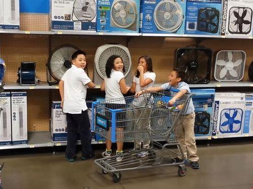 扇風機の前で歌う子供たち01