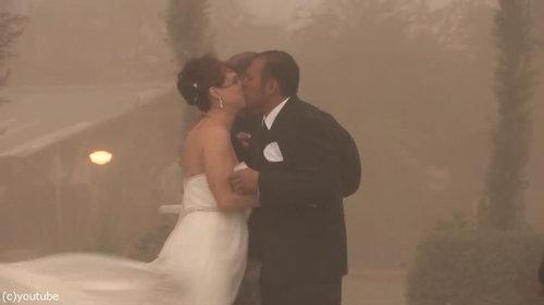 結婚式の愛の誓いのときに強烈な嵐10
