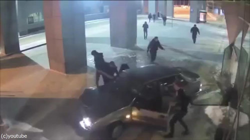 ロシアの空港に車が突入、警備員との追いかけっこ07