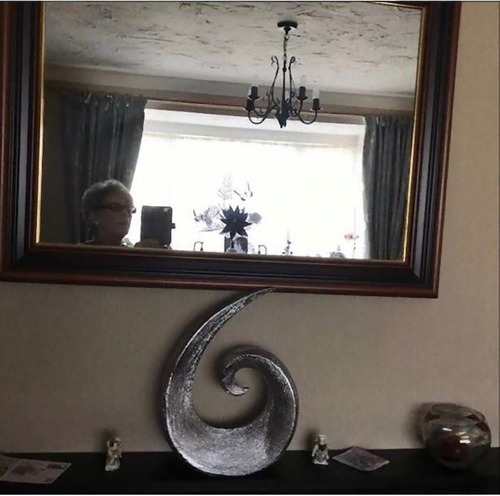 鏡の写真を撮っている人03
