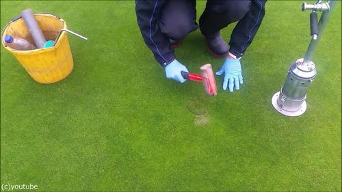 ゴルフのホールカップの位置の変え方10