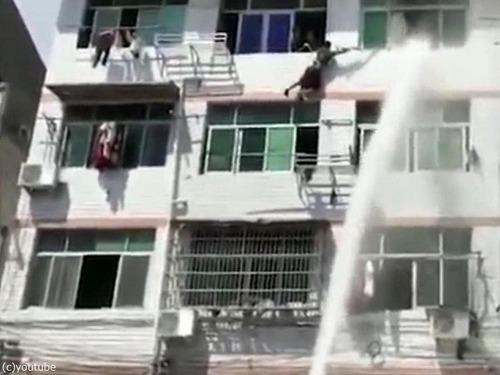 中国人女性が力技で自殺を阻止される08