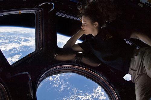宇宙から地球を眺める女性飛行士01