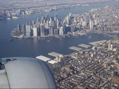 飛行機の翼から見下ろす地上の風景00