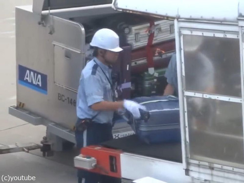 日本の空港の荷物の扱い方00