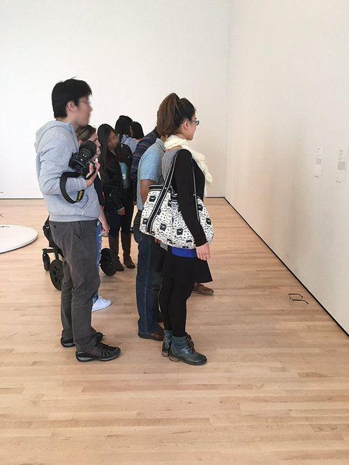 美術館にメガネを置いたらアートだと勘違い04