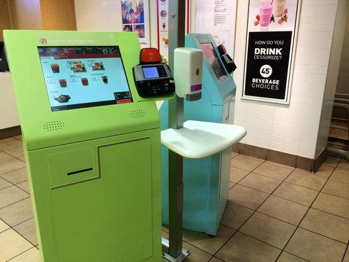 マクドナルドのレジ係が機械に置き換わるとき01