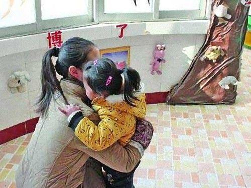 中国の幼稚園がハグ代を請求