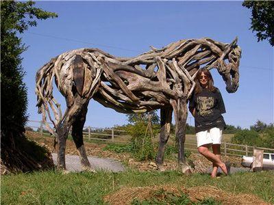 枯れ木で造られた馬のアート17