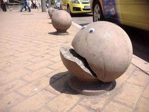 ブルガリアの街中に目玉シール00