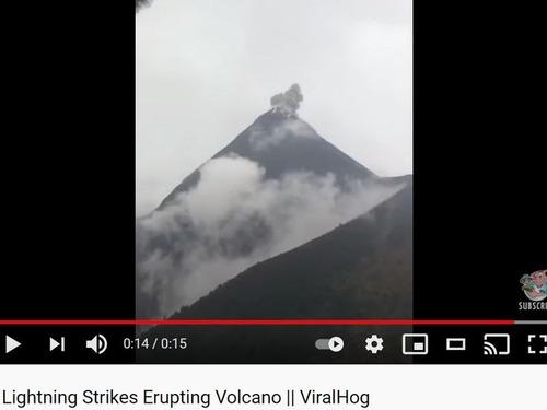 噴火するフエゴ山の頂きに落雷