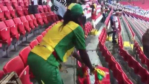 セネガルも試合の後に掃除をしてる01