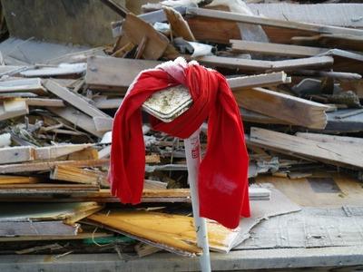 赤い布は遺体発見の目印