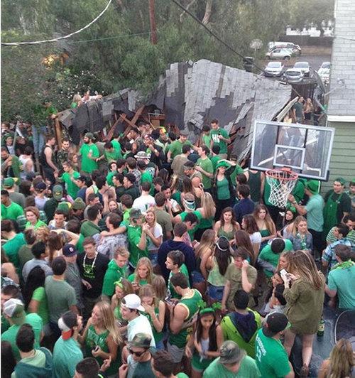 40人が屋根の上に乗って崩壊する05