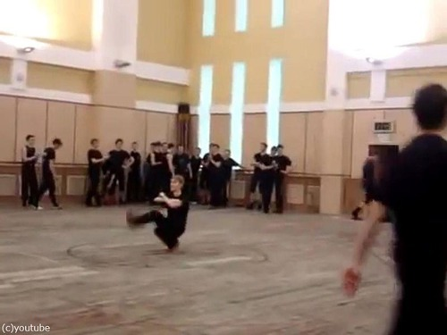 上半身が全く動かないコザックダンス01