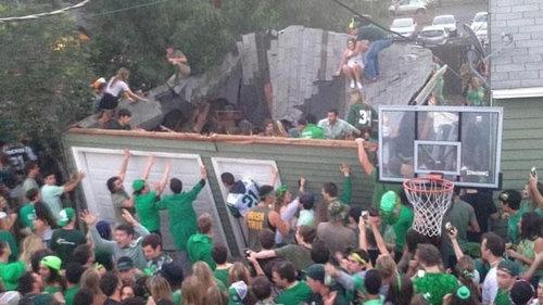 40人が屋根の上に乗って崩壊する04