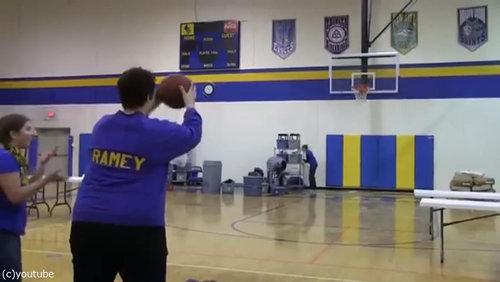 バスケのロングシュートに挑戦したママ02