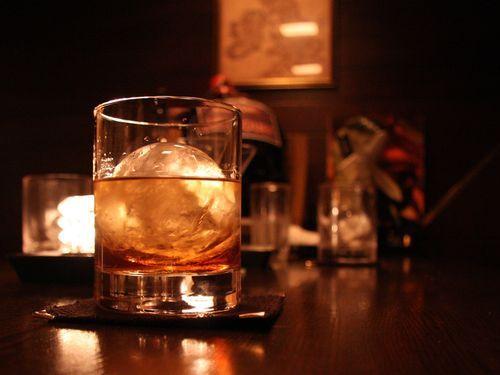 「ひとりでバーに飲みに行くと、妻との関係がよくなる男」