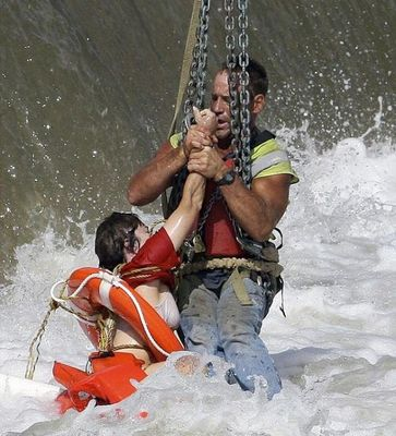 クレーンで救助03