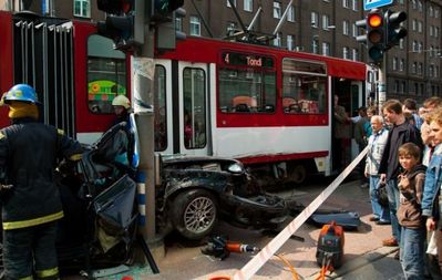 BMWと電車の事故で無傷02