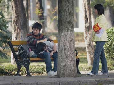 中国の大学、学生がキスしないように監視01
