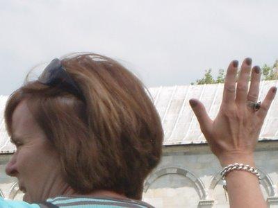 ピサの斜塔の前で記念撮影する観光客、別アングルから見ると…03