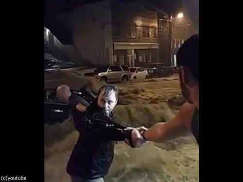 メリーランド州の大洪水、人間チェーンを作って人命救助06