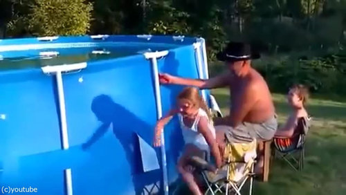 おじいちゃん「プールの水を空にするよ!」01