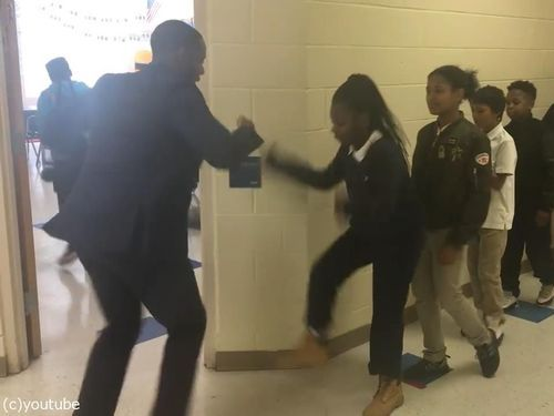 先生が生徒にオリジナルの握手をしてから授業開始03