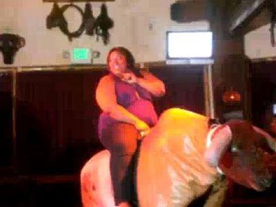 太った女性がロデオに挑戦