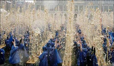 コーラの炭酸を1500人同時に噴水のように吹き上がらせる03