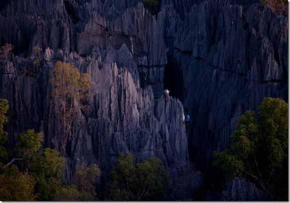 遠目に見ると、その断崖絶壁 ...