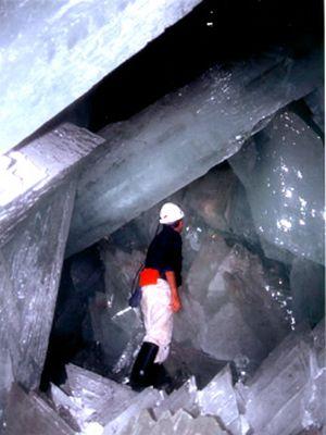 巨大なクリスタルに埋め尽くされた洞窟05