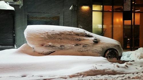 駐車した車をブリザードが襲うと01