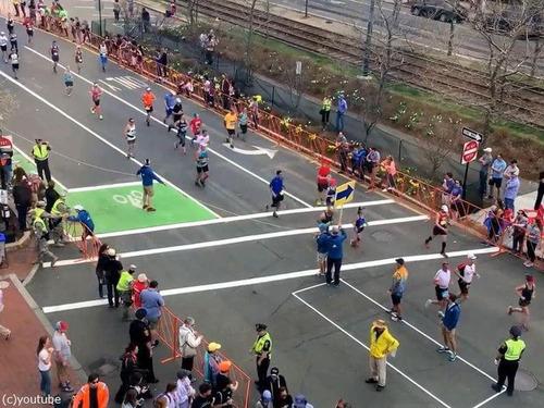 マラソン中の道路をどうやって渡るか00