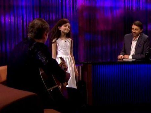 「フライ・ミー・トゥー・ザ・ムーン」を熱唱する8歳少女01
