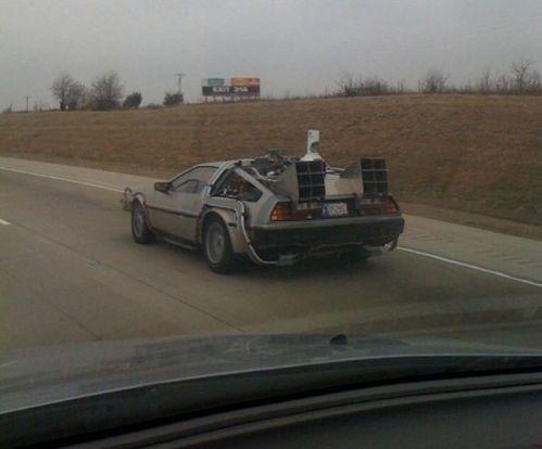 高速道路で見かけたデロリアン