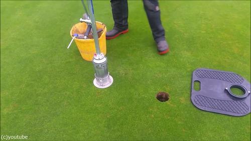 ゴルフのホールカップの位置の変え方04