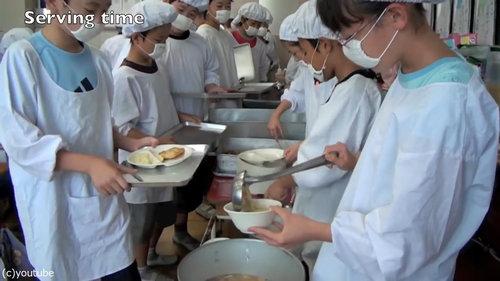 日本の給食風景をみた海外の人々03