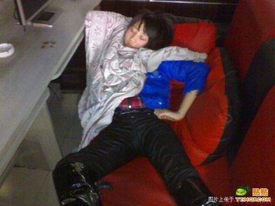 中国のネットカフェでぐっすり眠る人々04