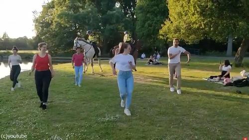 サルサの練習に参加する、オランダの馬に乗った警官03