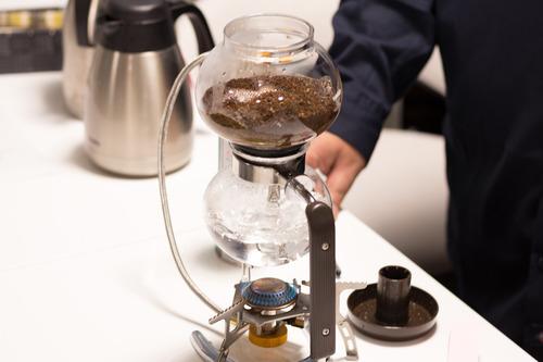 問題:缶コーヒー vs 焙煎から淹れた本格コーヒー…勝つのはどっち?