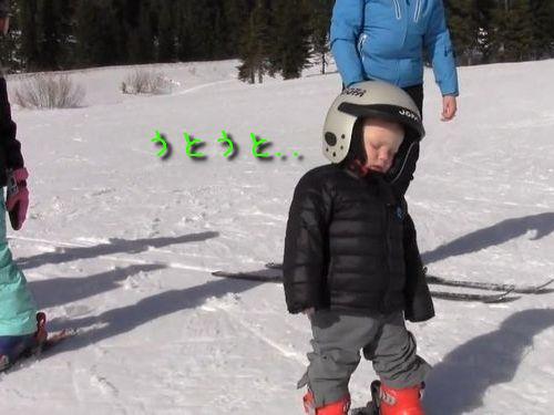 スキー中に爆睡する男の子