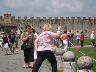 ピサの斜塔の前で記念撮影する観光客、別アングルから見ると…07